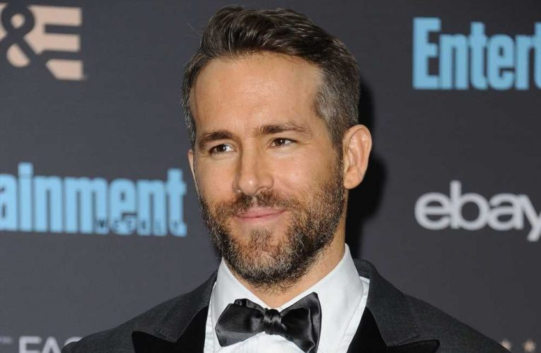 Actors Ryan Reynolds and Rob McElhenney are in talks to buy a Welsh soccer club